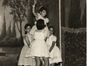 ليلى عز العرب تستعيد ذكرياتها فى المدرسة بصورة أبيض وأسود من عرض مسرحى