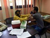 تطعيم العاملين بشركة مياه سوهاج بلقاح فيروس كورونا.. صور