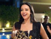 """رضوي الشربيني تحتفل بعيد ميلادها الـ40 بتورتة """"بلوك"""" :""""شكلي كبرت"""".. صور"""