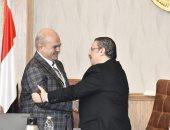 رئيس جامعة قناة السويس يكرم الدكتور أسامة عنتر عميد الطب السابق