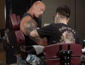 ذا روك يوثق تفاصيل آخر تجربة رسم وشم على جسده.. فيديو وصور