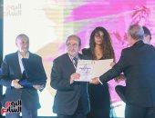 دريد لحام يتسلم وسام عروس البحر المتوسط بختام مهرجان الإسكندرية السينمائى