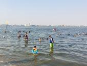 إقبال المصطافين على شواطئ الإسماعيلية مع اعتدال حالة الطقس.. لايف وصور