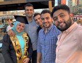 مفيش حاجة مستحيلة.. شاب يروى قصة كفاح والدته للتخرج من كلية الحقوق.. صور