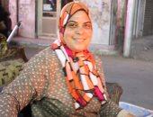 """قصة كفاح أم مصرية.. """"نجلاء"""" 16 عاما أمام نار شوى السمك لتعليم أبنائها.. صور"""