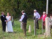 عروس تتحدى القيود وتقيم حفل زفافها على حدود كندا وأمريكا لعدم السفر.. صور