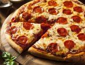 طريقة عمل البيتزا مع مشكل اللحوم.. من السلامي للمفروم