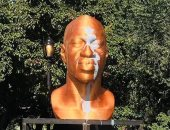 """مجهول يلطخ بالطلاء تمثال """"جورج فلويد"""" وسط نيويورك.. صور"""