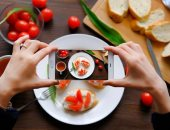 دراسة: مشاركة صور الطعام على مواقع التواصل الاجتماعى تتسبب فى زيادة وزنك