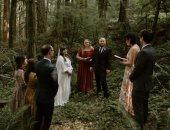 فرح بأقل التكاليف.. عروسان يقيمان حفل زفافهما في غابة بأمريكا وعدد المعازيم 5