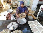 """حكاية """"أم محمد"""" أشهر بائعة سمك في سوق الأنصاري بالسويس.. لايف وصور"""