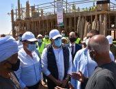 """وزير الإسكان يتفقد مشروعات الصرف الصحى بقرى """"حياة كريمة"""" بأسوان.. فيديو وصور"""