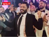تامر حسني يغني ويرقص في حفل زفاف ابن شقيق حميد الشاعري.. فيديو
