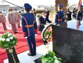 الرئيس السيسى يضع أكاليل الزهور على قبر الجندى المجهول وجمال عبد الناصر والسادات