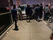 إصابات فى انقلاب سيارة ملاكى على كوبرى أكتوبر واصطدامها بميكروباص.. صور