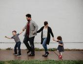 10 طقوس يومية هتقربك من أولادك .. احضنهم وشاركهم ألعابهم