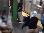 """كاميرا مراقبة ترصد لحظة دفع سيدة أمام قطار بمحطة مترو """"تايمز سكوير"""".. فيديو"""