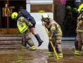 مياه الفيضانات تغرق شوارع لندن وتتسبب فى فوضى بحركة المواطنين والمرور.. صور