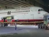 لقطات لطائرة هندية عالقة تحت جسر للمشاة أثناء نقلها من مطار نيودلهى.. فيديو