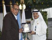 رؤوف عبدالقادر يتبادل الدروع مع «مصيلحي» و«القرقاوي» في البطولة العربية للسلة