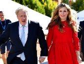 كارى جونسون أنيقة فى فستان أحمر أظهر بطنها المنتفخ