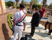محافظ شمال سيناء يضع أكليل الزهور على النصب التذكارى للجندى المجهول