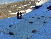 خوفًا من الذوبان.. تغطية جبل جليدى بالقماش.. فهل نجحت التجربة؟.. فيديو
