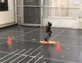 تطوير روبوت صغير يمكنه التنقل بلوح التزلج والطيران.. اعرف التفاصيل