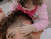 """أحمد الشيخ يحتفل بأول عيد ميلاد لابنته """"كايلا"""" بفيديو طريف"""