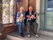 كاميلا زوجة الأمير تشارلز تتبنى كلبين صغيرين من مؤسسة لرعاية الحيوانات.. صور