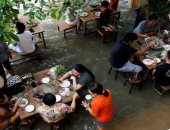ارتفاع المد فى نهر بتايلاند يحول مطعما لواجهة سياحية بدلا من الإغلاق.. صور