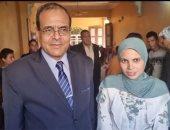رئيس جامعة سوهاج يكرم طالبة محت أمية والدتها وسيدات القرية.. لايف