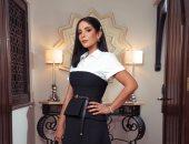 منى زكى تواصل إطلالاتها الكلاسيكية بملابس أبيض × أسود.. صور
