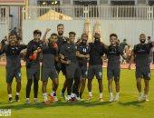 لاعبو الزمالك يؤدون تدريبات بدنية وإطالات بفندق الإقامة في كينيا
