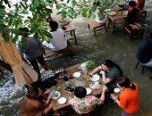 المحنة تحولت إلى منحة.. مطعم غمره الفيضان يتحول لوجهة سياحية.. فيديو