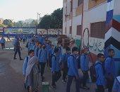 طلاب أسيوط يتوجهون للفصول على أنغام الأناشيد الوطنية فى أول أيام دراسة.. لايف