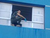 مدير مدرسة الستين بكفر الدوار يشارك فى دهان وتجمل المبانى