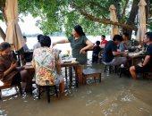 العشاء على نغمات الفيضان.. المطعم الغارق فى تايلاند يخطف الأنظار رغم المخاطر