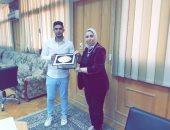 عميد تجارة كفر الشيخ تكرم الطالب الأمين إسلام رمضان تقديرا لأمانته