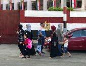أولياء الأمور بالدقهلية يصطحبون الأطفال للمدارس فى العام الدراسي الجديد.. لايف