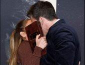 جينيفر لوبيز تخفى قبلة بن أفليك بحقيبتها في العرض الخاص لـ The Last Duel.. صور