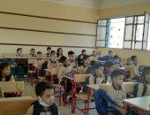فصل مدرسة المثلث بالخانكة يستقبل الطلاب بعد فرشه بالمقاعد.. صور