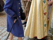 الملكة إليزابيث تستخدم عصا المشى لمساعدتها لأول مرة منذ 2004.. صور