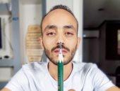 تماثيل فرعونية بحجم عقلة الإصبع.. إبراهيم نحت تحف فنية على سن القلم الرصاص