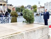 الرئيس السيسى يضع إكليلًا من الزهور بالنصب التذكارى فى ميدان الأبطال ببودابست