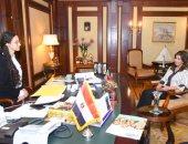 """فتاة مصرية تتقلد منصب وزيرة الهجرة لمدة يوم ضمن مبادرة """"فتيات فى أدوار قيادية"""""""