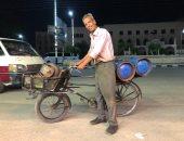 بابتسامة رضا.. عم رمضان 40 عاما يجوب شوارع المنصورة بدراجة لبيع الأنابيب