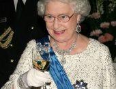ديلى ميل: الأطباء ينصحون الملكة إليزابيث الثانية بالتوقف عن شرب الكحوليات