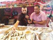 البطارخ ظهرت فى بورسعيد.. شاهد أكبر سمكة لوت فى سوق الأسماك.. لايف