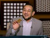 ردا على فتاوى التحريم.. رمضان عبد المعز يظهر بحلوى المولد على الهواء